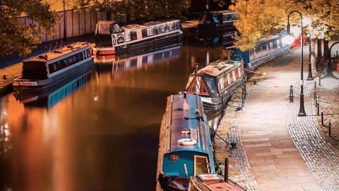 How much does it cost to live on a canal boat - canalboats on either side of the cut